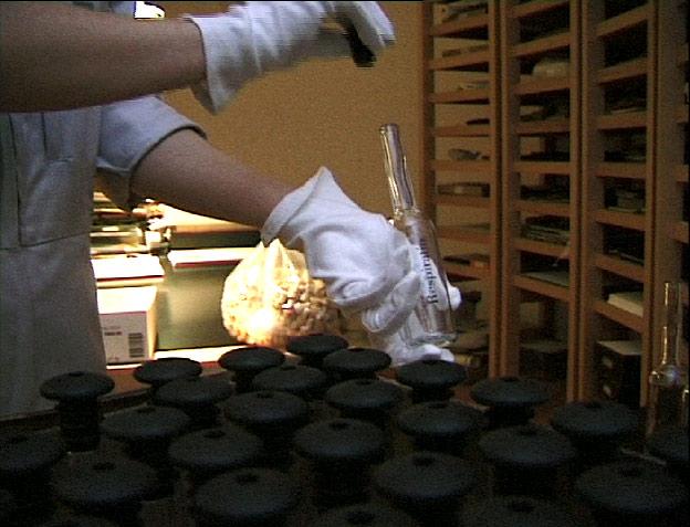 Abfüllung der Flaschen unter Aufsicht der Notarin und des Archiv-Leiters mit spezifischer Luft im Tresorraum