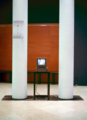 Video über den kontrollierten Vorgang des Luftabfüllens.  Monitor in der Vorhalle des Kammermusiksaals Beethoven-Haus Bonn (gegenüber der Vitrine)
