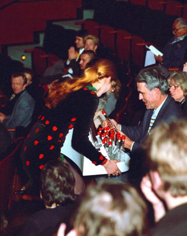 Intervention, Devotionalien-Verkauf in der Pause eines Beethoven-Konzertes zwischen den Reihen des Kammermusiksaal.