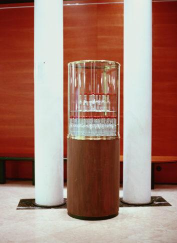Vitrine mit Devotionalien-Flaschen in der Vorhalle des Kammermusiksaals Beethoven-Haus Bonn